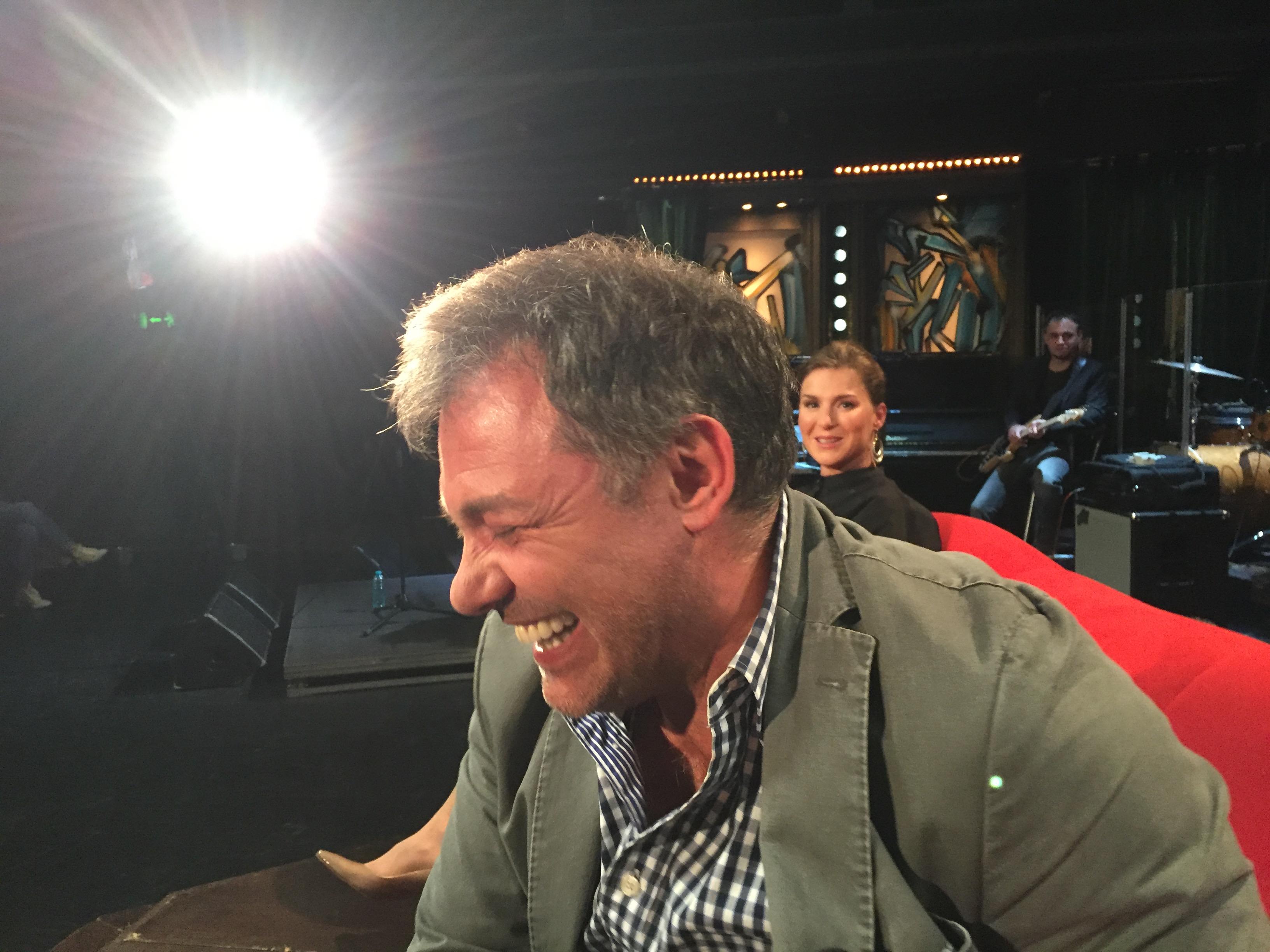 Moderátor Jan Kraus nasnímal mobilem fotografa Gorana Tačevskiho přímo při natáčení pořadu.